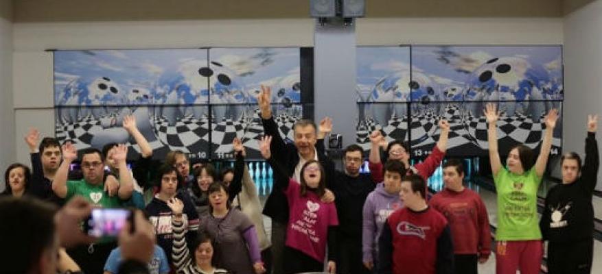 Ο Σταύρος Θεοδωράκης παίζει bowling με παιδιά με σύνδρομο Down στη Θεσσαλονίκη