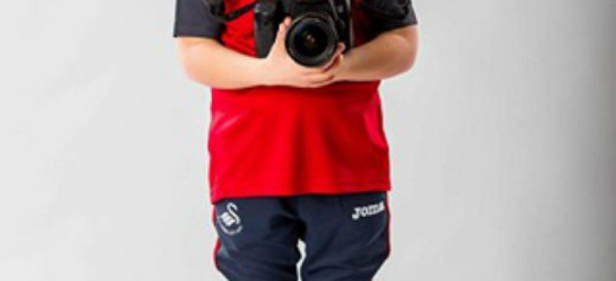 Ο Ραφαήλ Νικολαϊδης λανσάρει τις στολές της Swansea City